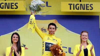 Colombiano Bernal se viste de amarillo en Francia