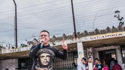"""""""Este calabozo me quitó todo. Todo lo que tengo son las FARC"""": el preso más antiguo de la guerrilla sale en libertad"""