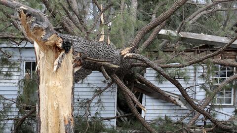 Destrucción y muertes deja el paso de las fuertes tormentas que azotaron el sureste del país