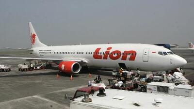 Un avión de pasajeros se estrella en el mar minutos después de despegar de aeropuerto en Indonesia