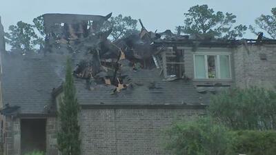 Dos incendios se desatan en viviendas del área de Houston y se cree que los rayos de tormentas pudieron causarlos