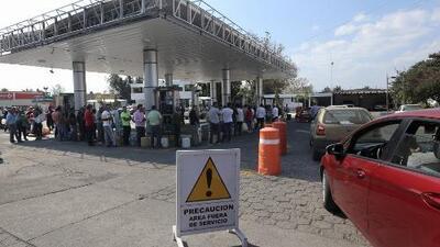 Se registran largas filas en las gasolineras mexicanas por desabastecimiento de combustible