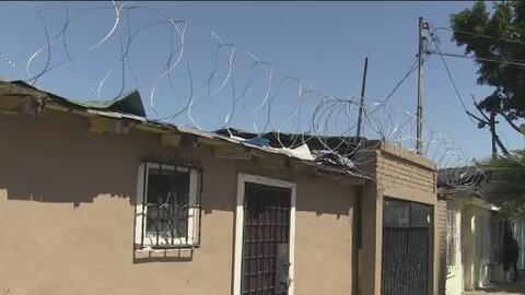 Image result for Trump blinda la frontera con púas; tijuanenses se roban el alambre para sus casas