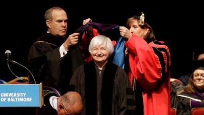 Universitarios entrarán al mercado laboral más fuerte en décadas, dijo presidenta de la Reserva Federal