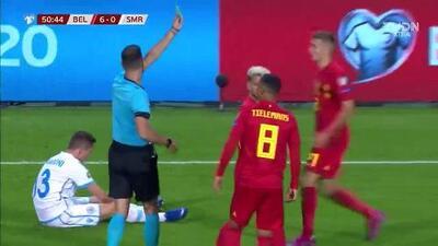 Tarjeta amarilla. El árbitro amonesta a Dries Mertens de Belgium