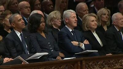 En video: Bill Clinton se queda dormido durante el funeral del expresidente George H. W. Bush
