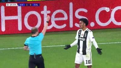 Tarjeta amarilla. El árbitro amonesta a Juan Cuadrado de Juventus