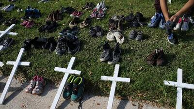 Con cientos de zapatos de niños, le reclaman al gobierno de Trump por la separación de familias en la frontera