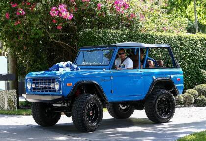 """Por  <b><a href=""""https://www.univision.com/famosos/jlo-sorprende-a-a-rod-con-un-increible-pastel-de-cumpleanos-en-pleno-concierto-y-clarissa-molina-lo-capto-todo-video"""">su cumpleaños 44, Alex Rodríguez</a></b> recibió esta camioneta Ford Bronco azul, modelo de 1974."""