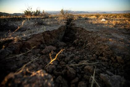Ridgecrest (United States), 04/07/2019.- A long trench formed by an earthquake, near Ridgecrest, California, USA, 04 July 2019. On 04 July, a 6.4 magnitude earthquake shook Southern California. Its epicenter is located 240 kilometers north of Los Angeles, in Ridgecrest and Trona. (Terremoto/sismo, Estados Unidos) EFE/EPA/ETIENNE LAURENT