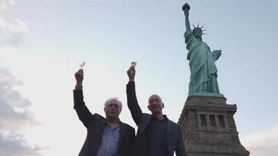 Jeff Bezos le rinde homenaje a su padre inmigrante en la Estatua de la Libertad en Nueva York