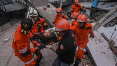 """""""Hay cientos de víctimas"""" bajo el barro: sube a más de 840 el número de muertos tras sismos y tsunami en Indonesia"""