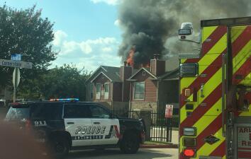 Fuego destruye varios apartamentos en Arlington