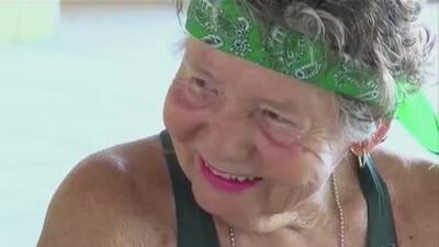 De niña casi muere ahogada en el mar y hoy a sus 82 años es la nadadora mexicana con más récords en la historia