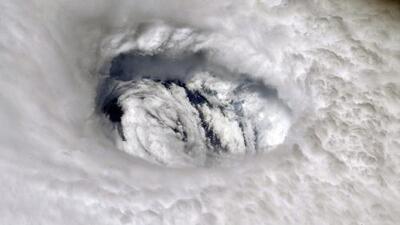Tras la destrucción que dejó a su paso en las Bahamas, Dorian enfila sus vientos huracanados hacia la costa de Florida