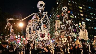 Miles de personas disfrutan del tradicional desfile de Halloween en Manhattan