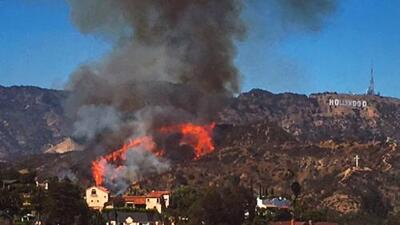 Incendio amenaza letrero de Hollywood