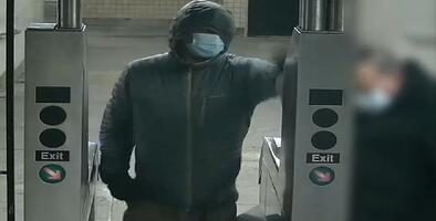 Buscan a hombre que golpeó a religioso de 74 años en estación del subway en El Bronx