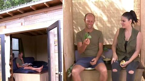Su meta era ser millonario a los treinta, ahora vive en una casa ecológica y cultiva hasta el papel higiénico