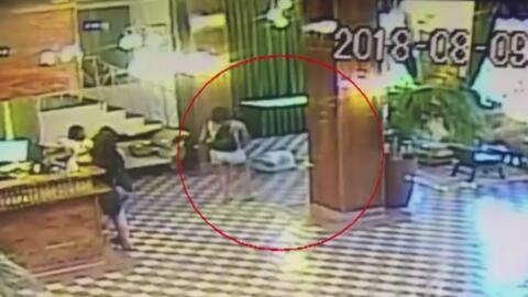 Una huésped empuja contra el piso a la empleada de un hotel en Miami y sale caminando tranquilamente