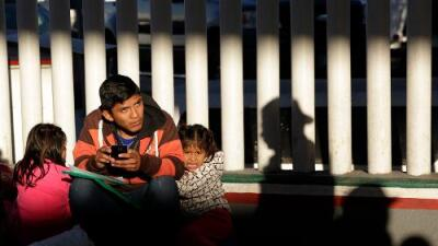 """""""Deportaciones aceleradas"""": en qué consiste la nueva orden de Trump para cambiar la política de asilo en la frontera"""