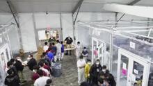 Hacinados, en colchonetas en el piso y con sábanas térmicas: niños migrantes en centros de detención en Texas