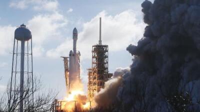 SpaceX lanza exitosamente su cohete Falcon Heavy, el más poderoso del mundo