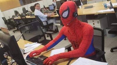 Hombre se toma el día de su despido muy a lo 'Spiderman'