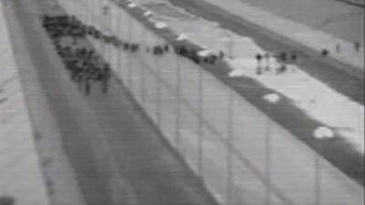 El momento en el que un grupo de más de 1,000 migrantes cruza ilegalmente la frontera en Texas