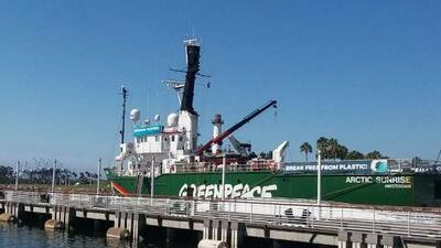 Barco de Greenpeace llega a Long Beach para crear consciencia sobre el plástico en los océanos