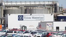 Familias de tres trabajadores de Tyson fallecidos por covid-19 demandan a la empacadora de carnes, dos eran hispanos