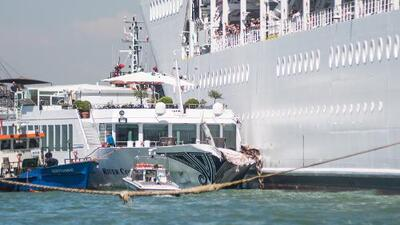 Un crucero pierde el control y choca contra un muelle y un barco turístico en Venecia