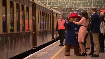 En video: Sacan a bailar a la princesa Kate en una estación de trenes en Londres