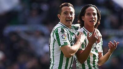 Diego Lainez apunta al banquillo y Andrés Guardado a la lateral
