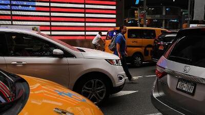 Taxi atropella a adolescente en Manhattan, y el incidente termina en violento altercado
