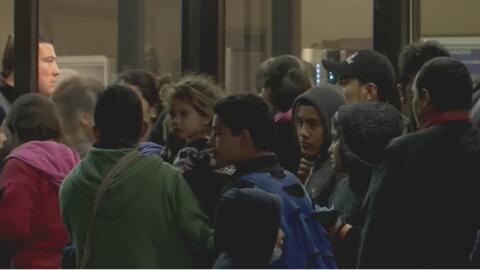 Agentes del ICE dejan a docenas de inmigrantes indocumentados en terminal de autobuses de Texas