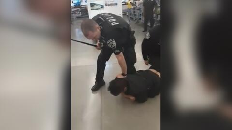 Con golpes y descargas eléctricas, tres policías tratan de reducir a un hispano en una tienda de California