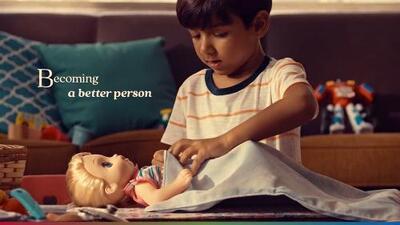Los niños varones también juegan con muñecas: nueva campaña causa controversia