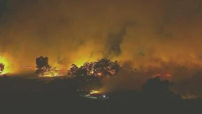 Los fuegos devoran zonas rurales en California y las autoridades continúan investigando su origen