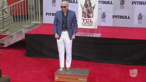 Pitbull plasmó sus huellas en cemento e hizo historia en el legendario Teatro Chino
