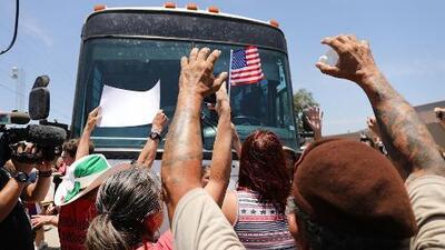 En video: La protesta de manifestantes al ver niños y adultos migrantes dentro de autobuses que se dirigían a centros de detención