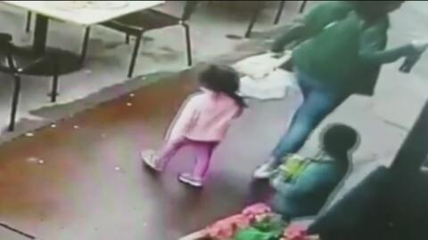 """""""Al ver estas imágenes no lo puedo creer"""":  Madre que se salvó de milagro de ser atropellada con sus dos hijos"""