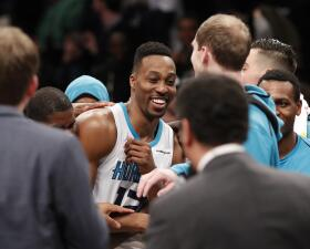 Dwight Howard brilló con un 30-30 para los Hornets y los Cavs volvieron a ganar en una nueva jornada de la NBA