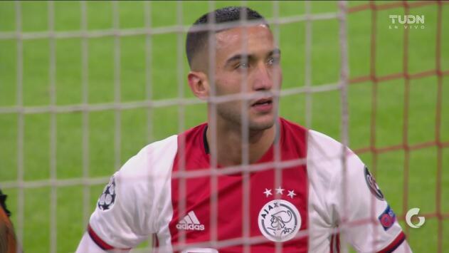 ¡La que desperdicia el Ajax! Hakim Ziyech falla de forma increíble ante la portería