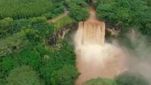 Las fuertes lluvias del huracán Lane hicieron que esta catarata se desbordara