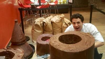 Comienza confección del árbol navideño de chocolate más grande de la isla