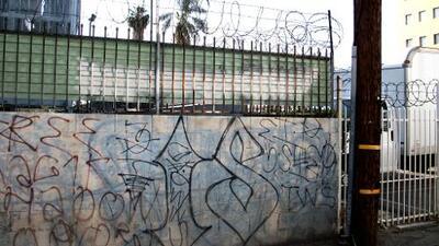 Asesinan a un joven a balazos en vecindario hispano de Los Ángeles disputado por pandillas