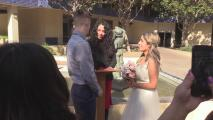 Decenas de parejas de Fresno celebran el Día de San Valentín casándose