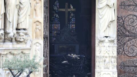 En un minuto: Extinguen el fuego de Notre Dame y la fiscalía cree que fue un accidente
