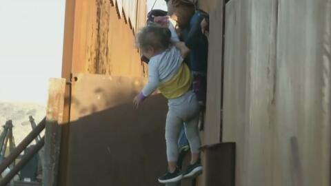 """""""Tiene toda una vida por delante"""": La desesperación de unos padres que lanzan a su hija de dos años del muro fronterizo"""